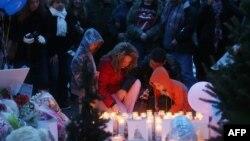 Populares juntaram-se no memorial as vítimas do assassinio em massa na Escola Sandy Hook em Newtown no Connecticut