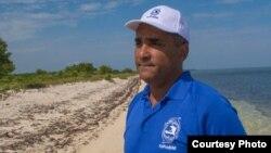 Jean Wiener en una playa en la costa noroeste de Haití, cerca del área protegida en Bahía Caracol.