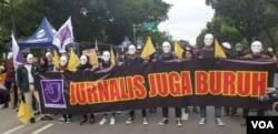 """Jurnalis dan pers mahasiswa ikut ambil bagian dalam aksi """"May Day 2019"""" di Jakarta Pusat 1/5 (VOA/Sasmito)."""