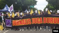 """Jurnalis dan pers mahasiswa ikut ambil bagian dalam aksi """"May Day 2019"""" menuntut dihentikannya kekerasan terhadap wartawan, dalam aksi di Jakarta (VOA/Sasmito)."""