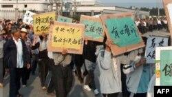 Çinin qiyam polisi nümayişçilərə qarşı gözyaşardıcı qazdan istifadə edib