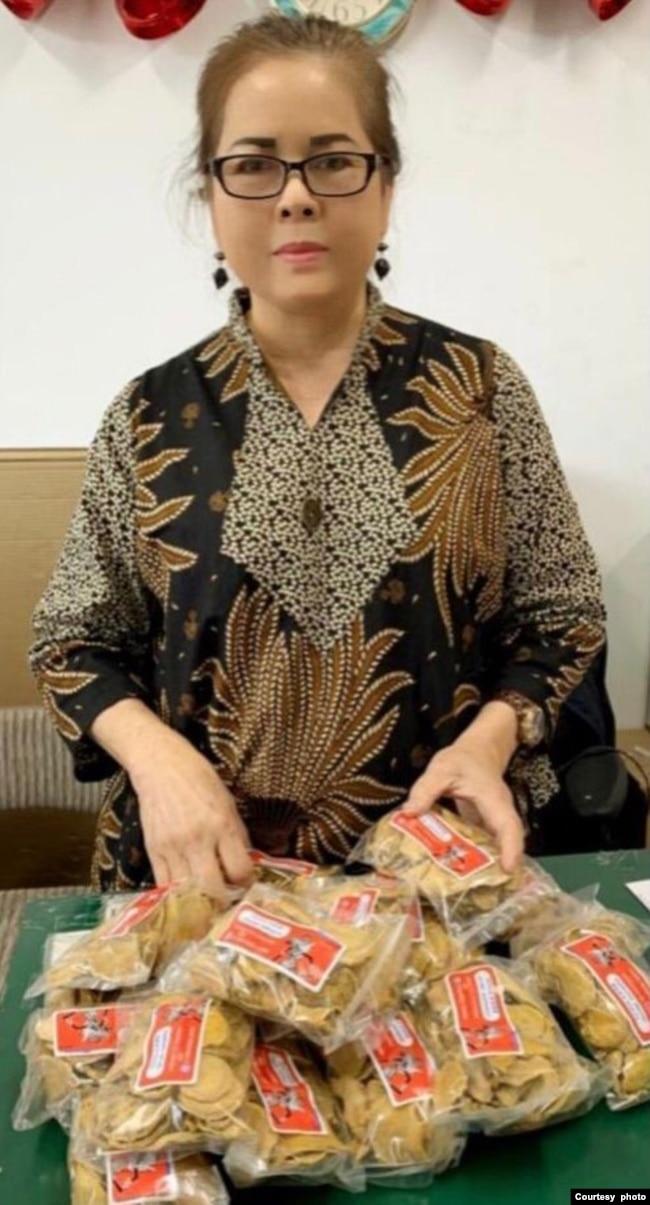 Linda Campbell di tokonya dengan dagangannya, temulawak impor dari Indonesia (foto: courtesy).