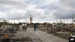 龙卷风后居民回家看看还剩下什么