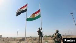 Un miembro de las fuerzas iraquíes derriba la bandera kurda en Kirkuk, Iraq, el 16 de octubre de 2017.