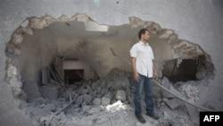 Следы воздушной бомбардировки на территории резиденции Каддафи.