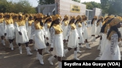 Les majorettes de Kennedy quittent leur lycée pour rejoindre la Place de la Nation ce 4 avril à Dakar, Sénégal. (VOA/Seydina Aba Gueye)