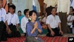 緬甸民主領袖昂山素姬日前參觀一家寺廟