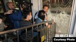 激進佔領者衝擊立法會玻璃門,泛民議員張超雄阻攔(蘋果日報圖片)