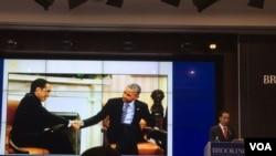 Dengan latar belakang foto ia bersalaman dengan Presiden Barack Obama, Presiden Joko Widodo berbicara dalam forum di Brookings Institution, Washington. (foto: Priyo Pujiwasono)