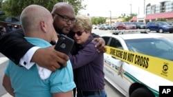 Giám đốc điều hành Trung tâm LGBT ở Florida Terry DeCarlo (trái), Mục sư Kelvin Cobaris của Giáo hội The Impact Church, và Ủy viên Thành phố Patty Sheehan an ủi nhau sau vụ xả súng, ngày 12/6/2016.