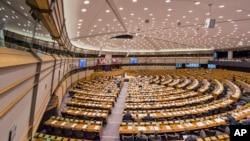 Les députés européens assistent à une séance plénière au Parlement européen à Bruxelles, le 25 février 2015.