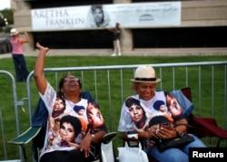 """人们在查尔斯·H·赖特非裔美国人历史博物馆外排队等待瞻仰""""灵魂歌后""""艾瑞莎·弗兰克林遗容。(2018年8月28日)"""
