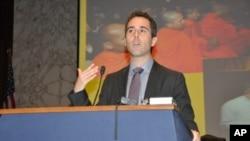 Phó Trợ lý Ngoại trưởng Hoa Kỳ đặc trách nhân quyền, dân chủ, và lao động, Daniel Baer, phát biểu tại lễ kỷ niệm Ngày Nhân quyền Việt Nam 2012 tại Quốc hội Mỹ