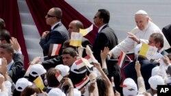 教宗方济各向埃及的天主教信众们挥手致意。