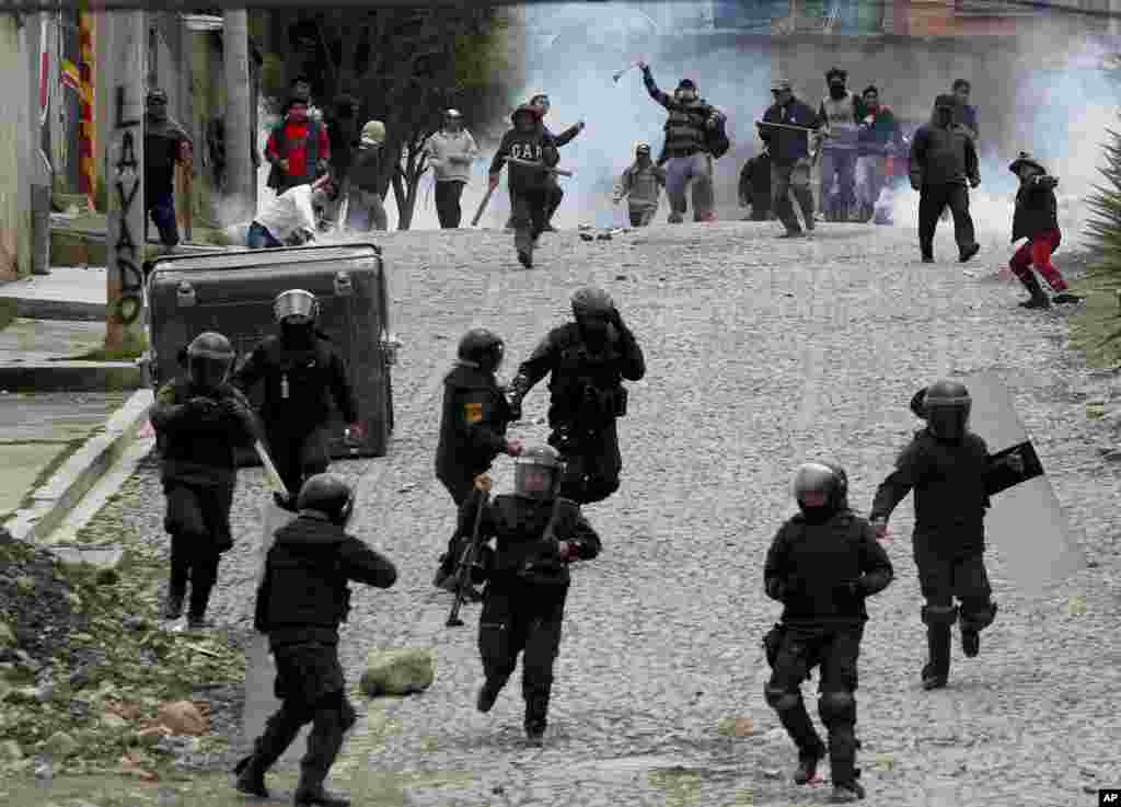 Sobiq Prezident Evo Morales tarafdorlari politsiya bilan to'qnashuvda. La-Paz, Boliviya.