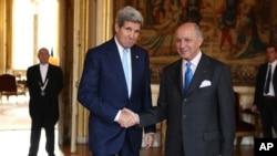 20일 존 케리 미 국무장관(왼쪽)이 프랑스 파리에 도착해 로랑 파비우스 프랑스 외무장관과 회동했다.