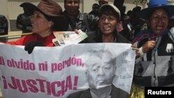 Manifestantes portan un cartel con la imagen del expresidente Sánchez de Lozada durante la protesta frente a la embajada de EE.UU.