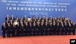 Các đại biểu trong lễ ký kết khai trương ngân hàng AIIB ở Bắc Kinh hôm 29/6/2015.