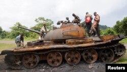 6일 콩고 키뭄바의 어린이들이 M23반군이 버리고 간 탱크 위에서 놀고 있다.