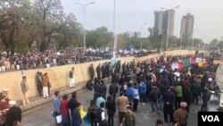 سیکیورٹی کے پیش نظر پولیس نے عورت مارچ اور دیگر مارچ کے درمیان رکاوٹ لگائی ہوئی تھی۔