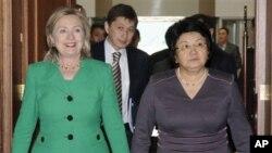 로자 오툰바예프 키르기스스탄 대통령(우)의 영접을 받는 힐라리 클린턴 국무 장관