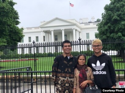 Robinson Sinurat bersama orang tuanya di depan Gedung Putih, Washington, D.C. (Dok: Robinson Sinurat)