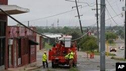 2017年4月29日,俄克拉荷马城的电力工人在维修被严重雷暴损坏的电线。