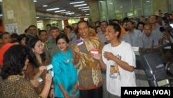 Presiden Joko Widodo usai mendampingi seorang warga miskin mengurus Kartu Keluarga Sejahtera di kantor pos Pasar Baru, Jakarta (3/11). (Foro: VOA/Andylala)