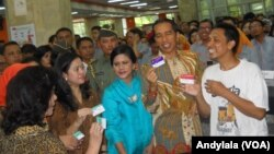 Presiden Joko Widodo usai mendampingi seorang warga miskin mengurus Kartu Keluarga Sejahtera di Kantor Pos Pasar Baru, Jakarta, Senin 3 November 2014 (Foro: VOA/Andylala)
