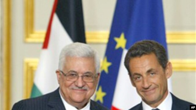 French President Nicolas Sarkozy (r) after a meeting with Palestinian President Mahmoud Abbas at the Elysee Palace in Paris, 27 Sept. 2010