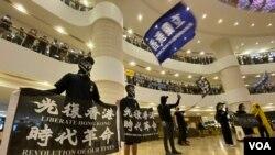 大批身穿黑衣黑褲的示威者6月15日晚在金鐘太古廣場內揮舞香港獨立的旗幟及高呼口號。(美國之音湯惠芸)