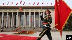 資料照:中國軍隊儀仗隊在北京人大會堂前舉行歡迎美國總統特朗普訪華的儀式。 (2017年11月9日)