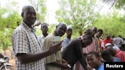 馬里選民輪候領取投票登記卡﹐預備在7月28日投票(資料圖片)