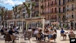 Des clients assis boivent sur un bar en terrasse à Tarragone, en Espagne, à la faveur du début du déconfinement, le 11 mai 2020.