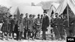 Prezident Abraham Linkoln əsgərlərə baş çəkir.