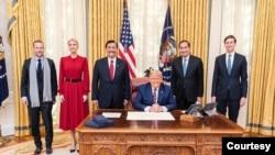 Menteri Koordinator Bidang Kemaritiman dan Investasi Luhut Binsar Pandjaitan dan Duta Besar RI untuk AS Muhammad Lutfi bertemu dengan Presiden Donald Trump, 17 November 2020. (Foto: Courtesy)