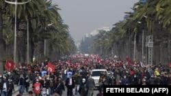 Des partisans du parti Ennahdha brandissent des drapeaux nationaux et du parti lors d'une manifestation de soutien au gouvernement tunisien le 27 février 2021 dans la capitale Tunis.
