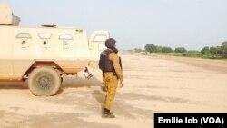 Un militaire près d'un véhicule blindé à Ouagadougou, Burkina, 29 septembre 2015.