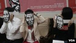 台灣六四紀念晚會準備了很多劉曉波面具。(楊晨攝)