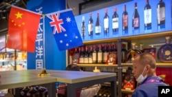 在上海舉行的中國國際進口博覽會(CIIE)上,遊客戴口罩參觀澳大利亞葡萄酒展台。 (2020年11月5日)