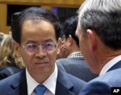 资料照片:中国驻澳大利亚大使成竞业在澳大利亚堪培拉国会大厦的商业论坛上发表演讲之前与澳中贸易全国委员会国家主席约翰·布鲁姆比会谈。(2018年6月19日)