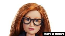 این عروسک باربی شبیه سارا گیلبرت، واکسنشناس بریتانیایی و مسئول طراحی واکسن کرونای «آکسفورد-آسترازنکا»، ساخته شده است
