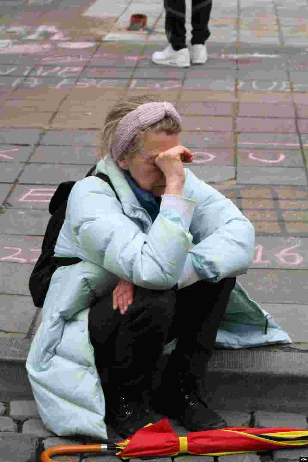 Một phụ nữ khóc sau khi mạc niệm tưởng nhớ những người thiệt mạng và bị thương tại Brussels, Bỉ. (H. Murdock / VOA)