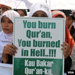 Muslim Indonesia melakukan protes atas rencana pembakaran kitab suci Al-Quran oleh sebuah gereja di AS, di luar Kedutaan Besar Amerika di Jakarta, Sabtu 4 September 2010.