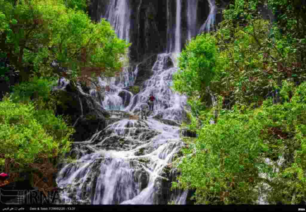 آبشار شوی، بزرگترین آبشار طبیعی خاورمیانه در رشتهکوههای زاگرس در ۹۰کیلومتری شهرستان دزفول واقع شده است.