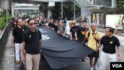 """香港和平占中运动与多个民间团体发起""""黑布行""""示威 (美国之音记者海彦拍摄)"""