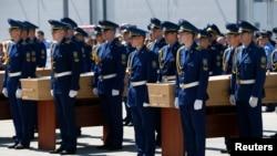 在把马航客机遇难者的遗体送往荷兰之前,乌克兰仪仗队在机场参加仪式
