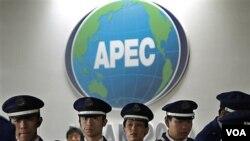 Polisi Jepang melakukan pengamanan acara KTT APEC di Yokohama, Jepang.