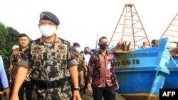Menteri Kelautan dan Perikanan, Edhy Prabowo ketika meninjau dua kapal nelayan Vietnam yang disita karena memasuki wilayah perairan Indonesia secara ilegal di Kubu Raya, Kalimantan Barat (foto: dok).