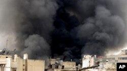 Asap membumbung di atas kota di Aleppo akibat serangan pasukan pemerintah (foto: dok). Serangan udara Suriah menewaskan sedikitnya 15 orang, Sabtu 6/4.